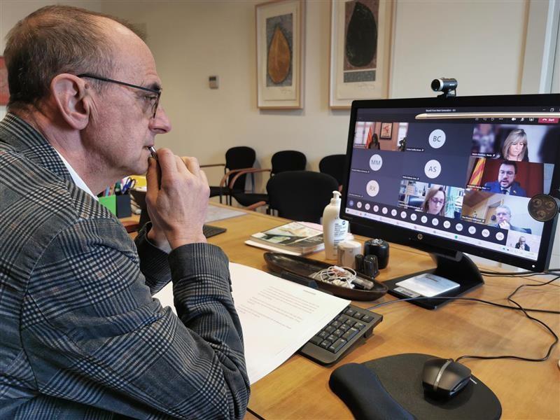 Un moment de la reunió amb la Generalitat i el món local que l'alcalde ha seguit des del seu despatx